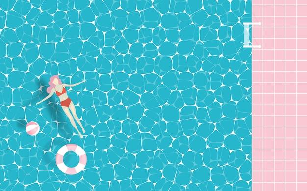 Mujer flotando en la piscina