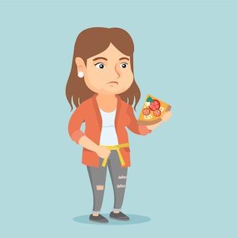 Mujer gorda caucásica con pizza midiendo la cintura