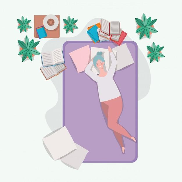 Mujer gorda joven que se relaja en el colchón en el dormitorio