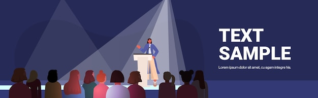 Mujer hablando a la audiencia desde la tribuna del club de mujeres chicas apoyándose mutuamente unión de feministas concepto espacio interior de la sala de conferencias