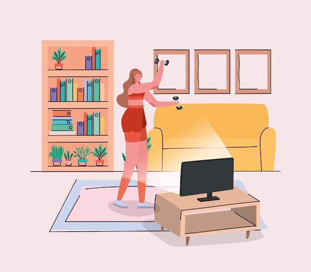 Mujer haciendo deporte frente a computadora