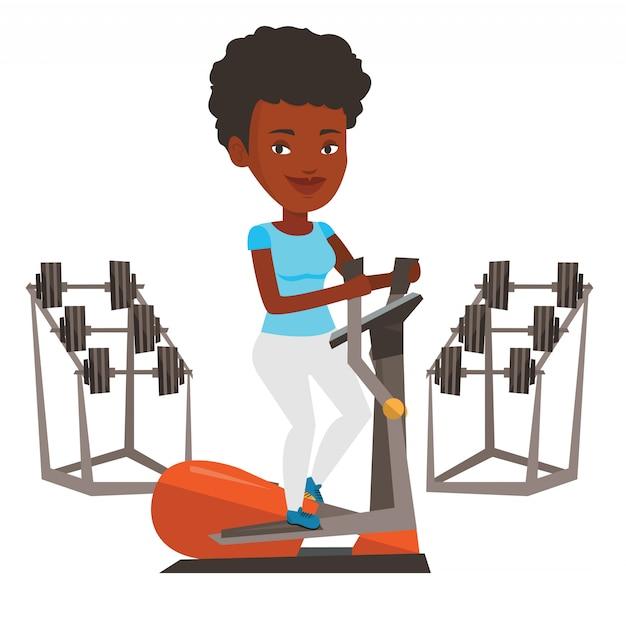 Mujer haciendo ejercicio en entrenador elíptico.