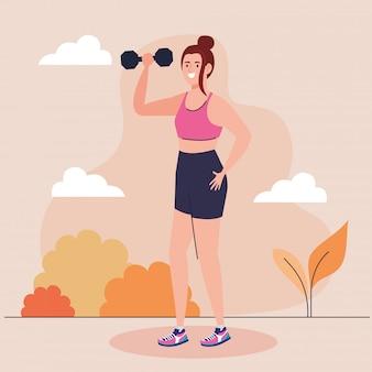 Mujer haciendo ejercicios con mancuernas al aire libre, ejercicio de recreación deportiva