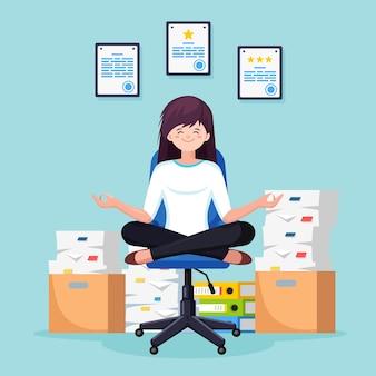 Mujer haciendo yoga, sentada en la silla de oficina. pila de papel, empleado estresado ocupado con pila de documentos en cartón, caja de cartón. trámites, burocracia. trabajador meditando, relajándose, calmando.