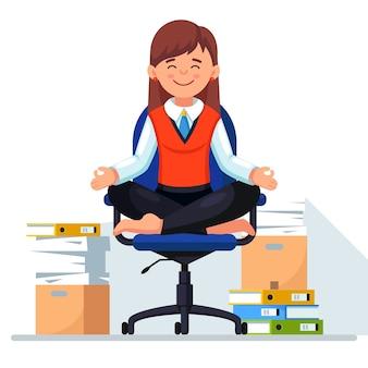 Mujer haciendo yoga, sentada en la silla de oficina. pila de papel, empleado estresado ocupado con pila de documentos en cartón, caja de cartón.