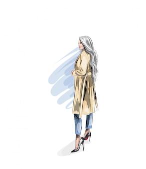 Mujer hermosa en un impermeable beige y tacones de aguja. hermosa chica de apariencia modelo. moda y estilo.