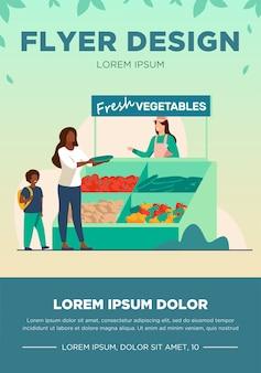 Mujer con hijo eligiendo verduras frescas. granja, eco, mercado ilustración vectorial plana. concepto de compras y alimentos orgánicos.