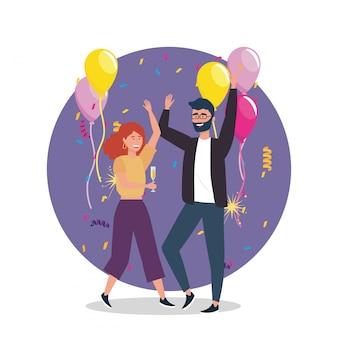 Mujer y hombre bailando con globos decorados.