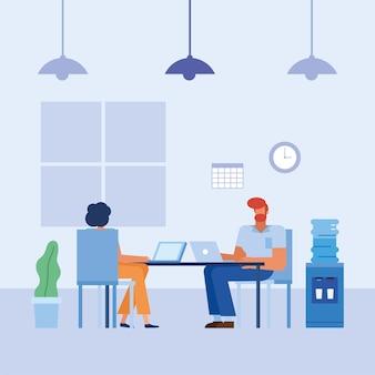 Mujer y hombre con computadoras portátiles en el escritorio en el diseño de la oficina, la fuerza laboral de los objetos de negocio y el tema corporativo