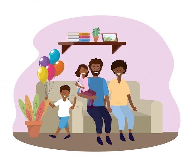Mujer y hombre con hija e hijo en el sofá.