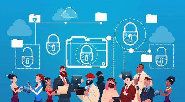 Mujer y hombre de negocios que usan el concepto de la protección de datos de la cerradura de los artilugios