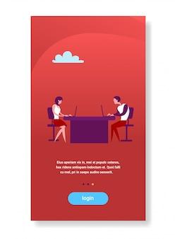 Mujer y hombre de negocios sentado en el escritorio de la oficina de trabajo en equipo portátil copyspace vertical plana