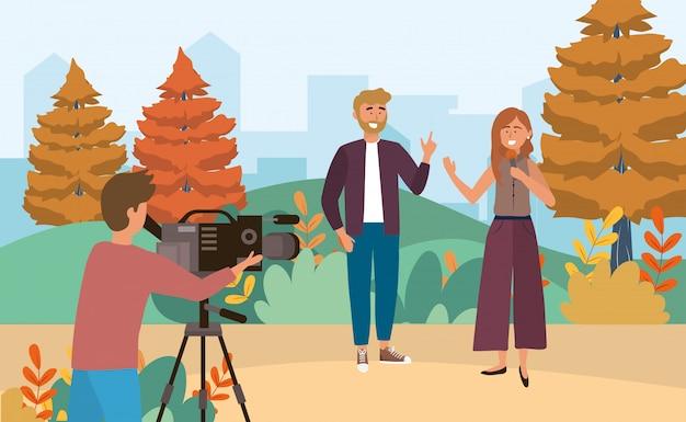 Mujer y hombre reportero con micrófono y cámara hombre con videocámara