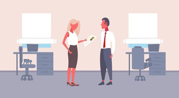 Mujer hr sosteniendo cv formulario haciendo preguntas al solicitante de empleo masculino empresaria reclutador empleador lectura reanudar nuevo candidato vacante concepto oficina interior horizontal