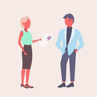 Mujer hr sosteniendo el formulario cv haciendo preguntas al solicitante de empleo masculino empresaria reclutador empleador lectura reanudar nuevo candidato concepto de vacante plana