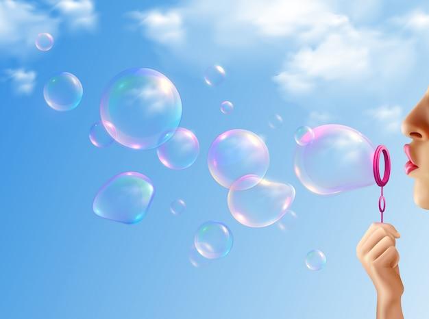 Mujer inflando pompas de jabón con cielo azul realista