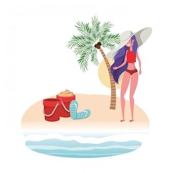 Mujer en la isla con traje de baño y cubo de arena