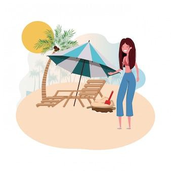 Mujer en isla con traje de baño y silla de playa.