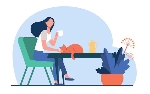 Mujer joven acariciando gato rojo mientras bebe té. coffee break, mañana, mascota ilustración vectorial plana. hogar acogedor, bebida caliente, concepto de otoño