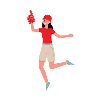 Mujer joven aficionada al deporte en camiseta roja y gorra apoyando a su equipo de fútbol o béisbol en competiciones, plano aislado.