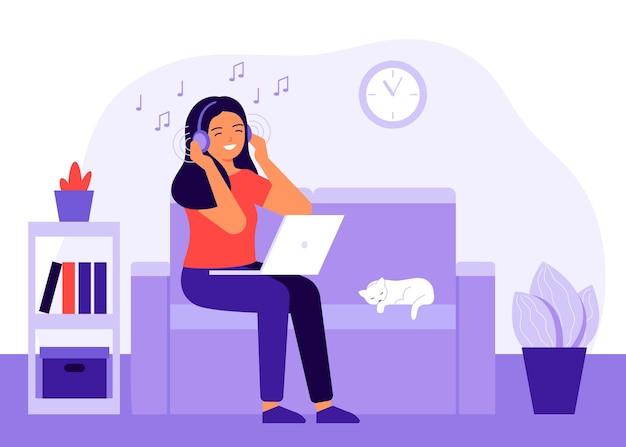 Mujer joven alegre escuchando música en casa con auriculares.