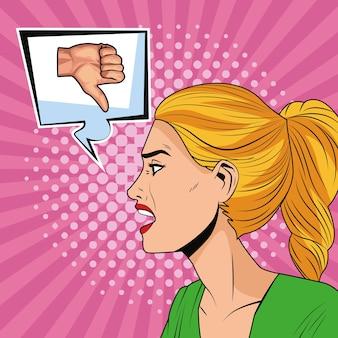 Mujer joven con burbujas de discurso y estilo de arte pop símbolo de bolso de mano
