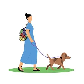 Mujer joven camina con perro.