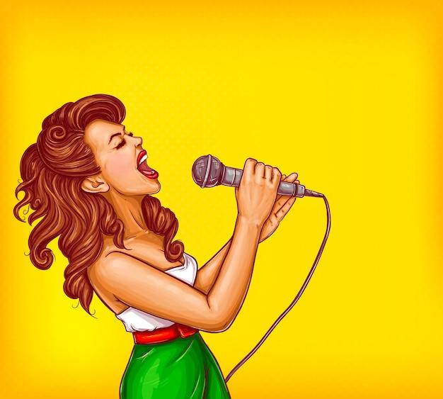 Mujer joven cantando con micrófono vector de arte pop