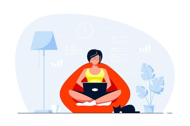Mujer joven en casa sentado en el bolso de la silla y trabajando en equipo. trabajo remoto, oficina en casa, concepto de autoaislamiento. ilustración de estilo plano.