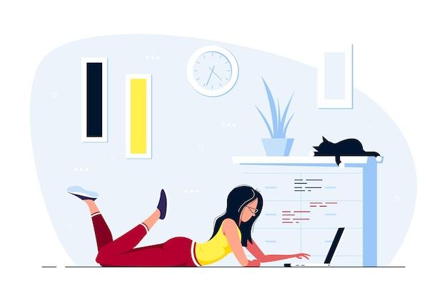 Mujer joven en casa tirada en el suelo y trabajando en equipo. trabajo remoto, oficina en casa, concepto de autoaislamiento. ilustración de estilo plano.
