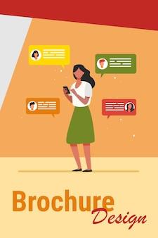 Mujer joven charlando con amigos a través de smartphone. teléfono móvil, dispositivo, chat ilustración vectorial plana. concepto de comunicación y tecnología digital