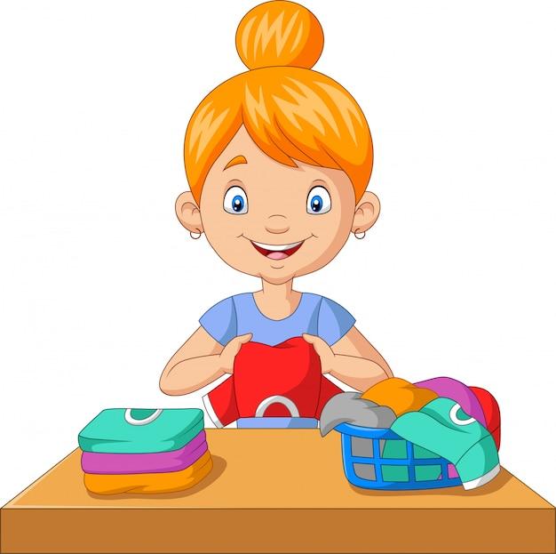 Mujer joven, doblar ropa