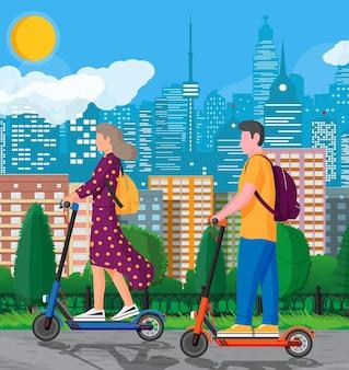 Mujer joven y hombre en patinete. chica y chico con mochila rodando en scooter eléctrico. carácter inconformista utiliza el transporte urbano moderno. transporte ecológico de la ciudad. ilustración vectorial plana