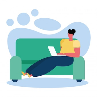 Mujer joven con laptop en la sala de estar