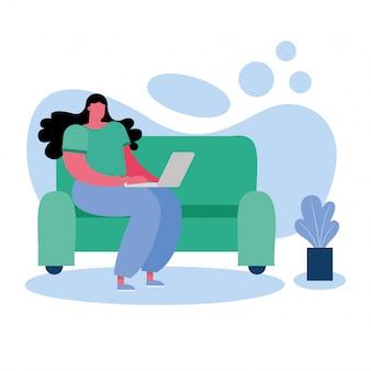 Mujer joven con laptop y trabajando en la sala de estar