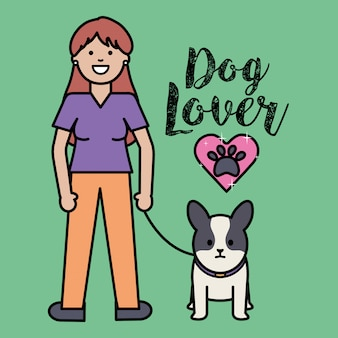 Mujer joven con la mascota adorable del pequeño perro