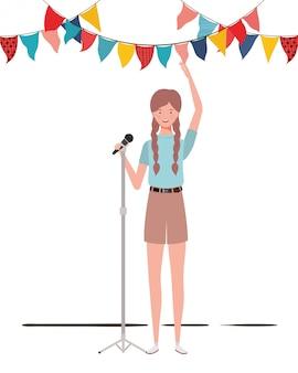 Mujer joven con micrófono con soporte