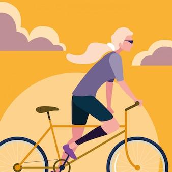 Mujer joven montando bicicleta con cielo naranja