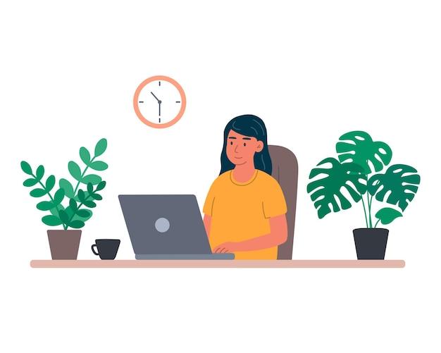 Mujer joven con ordenador portátil en casa estudios se comunica y ordena productos en línea trabaja de forma remota