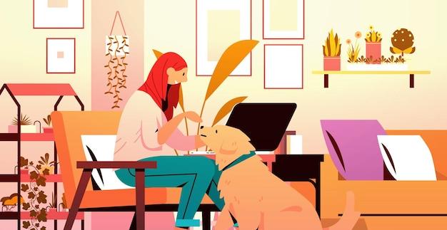 Mujer joven pasar tiempo con la dueña del perro y la linda amistad de los animales domésticos con el concepto de mascota