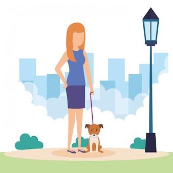 Mujer joven con perro en el parque