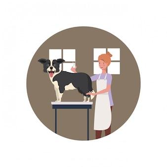 Mujer joven con perro en peluquería para mascotas