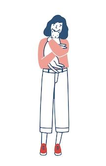 Mujer joven de pie y abrazando a su gato o gatito