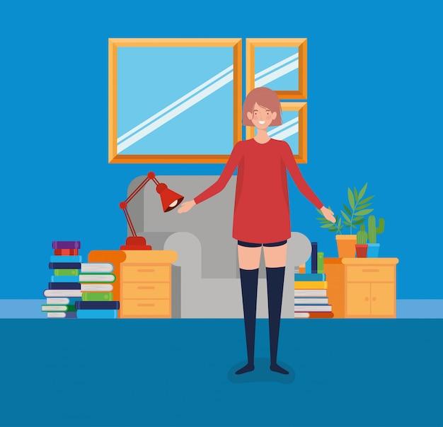 Mujer joven de pie en la sala de estar