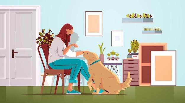 Mujer joven que pasa tiempo con la dueña del perro y la linda amistad de los animales domésticos con la ilustración de vector de longitud completa horizontal interior de la sala de estar del concepto de mascota