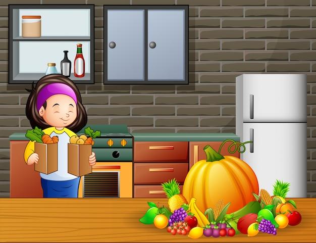 Mujer joven que sostiene dos bolsas de verduras en la cocina