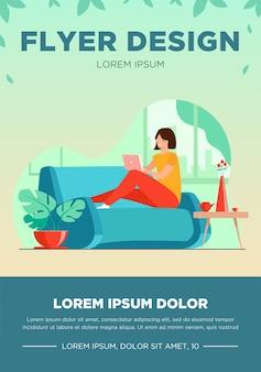 Mujer joven relajante en el sofá con la ilustración de vector plano portátil. señora sentada en casa y viendo una película a través de la computadora. plantilla de volante de concepto de tecnología y entretenimiento digital