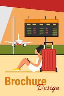 Mujer joven sentada en el aeropuerto y con tableta. avión, equipaje, smartphone ilustración vectorial plana. concepto de comunicación y tecnología digital