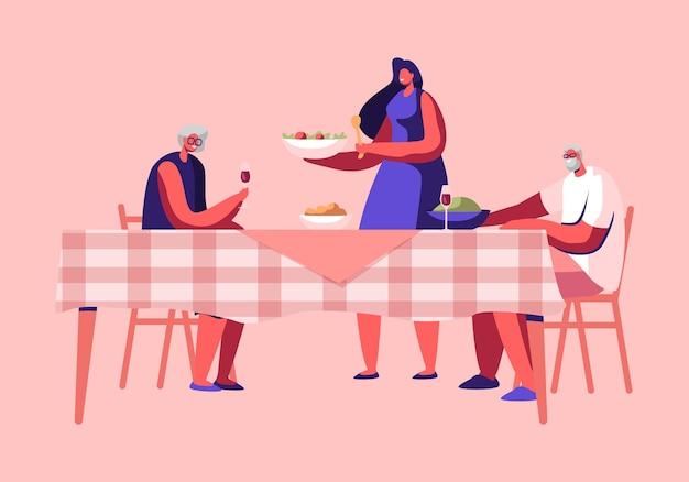Mujer joven sirviendo mesa poniendo plato con comida deliciosa en la mesa con gente alegre senior sentada