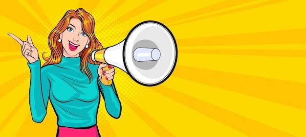 Mujer joven sosteniendo megáfono y hablando estilo cómic pop art
